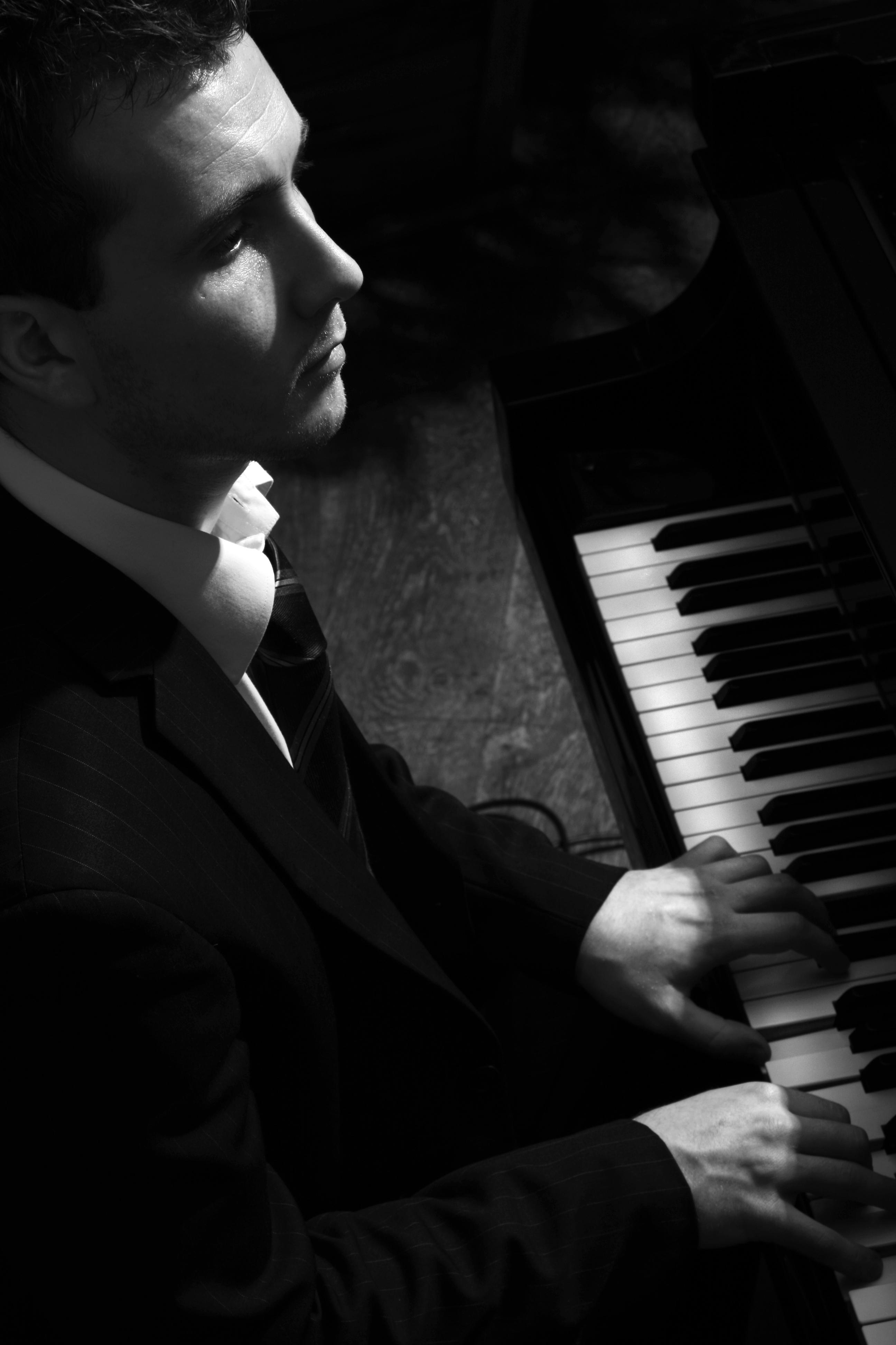 Joe Kenny playing piano at wedding drinks reception